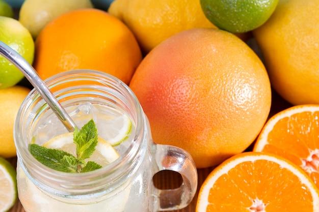 クローズアップの新鮮な柑橘系の飲み物