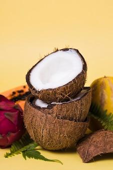 Noci di cocco fresche del primo piano pronte per essere servito