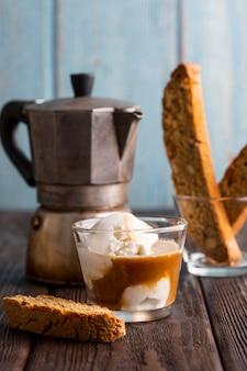 クローズアップの新鮮なコーヒーとクリームを提供する準備ができて