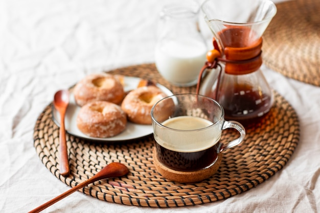 ペストリーとクローズアップの新鮮なコーヒー