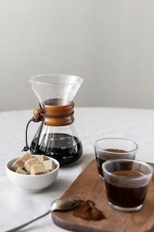 クローズアップの新鮮なコーヒーと砂糖を提供する準備ができて