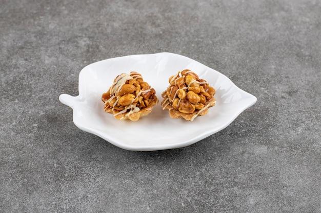 Primo piano di biscotti freschi sul piatto bianco