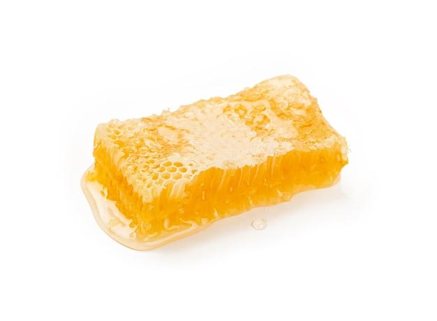 흰색 배경, 높은 각도 보기에 격리된 신선한 자른 황금 빗 꿀을 닫습니다