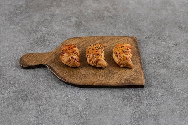 Primo piano di biscotti freschi fatti in casa su tagliere di legno