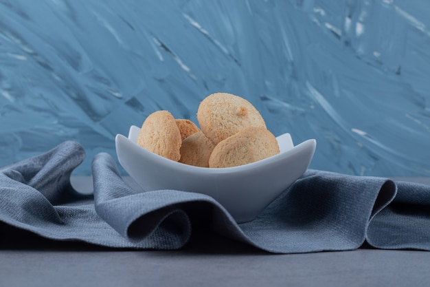 Primo piano di biscotti freschi fatti in casa