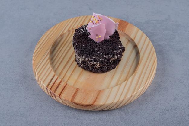 Primo piano di mini torta fresca sul piatto di legno Foto Gratuite