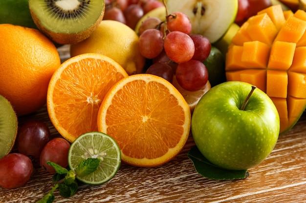 新鮮なミックストロピカルフルーツをクローズアップ