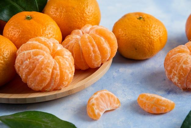 Primo piano di mandarini biologici freschi