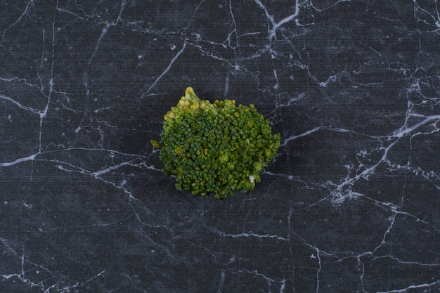 Закройте вверх. свежие органические овощи. зеленая брокколи на черном.