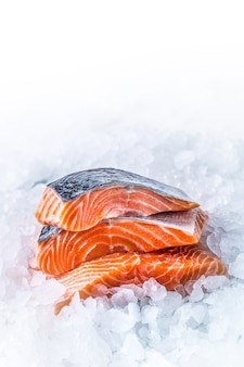 Крупным планом свежее сырое филе лосося на льду.