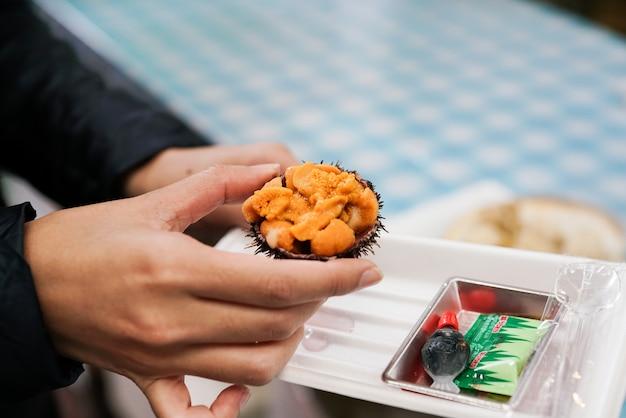 新鮮な生ウニ、ウニやみじん切りの刺身、日本式