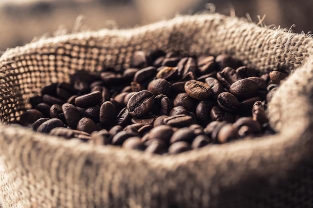 Крупный план свежих обжаренных кофейных зерен в сумке.