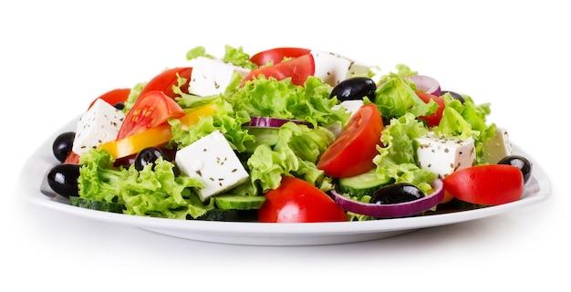分離された新鮮な野菜サラダをクローズアップ