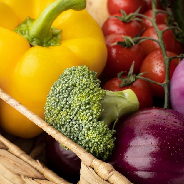 Крупным планом свежие овощи в корзине