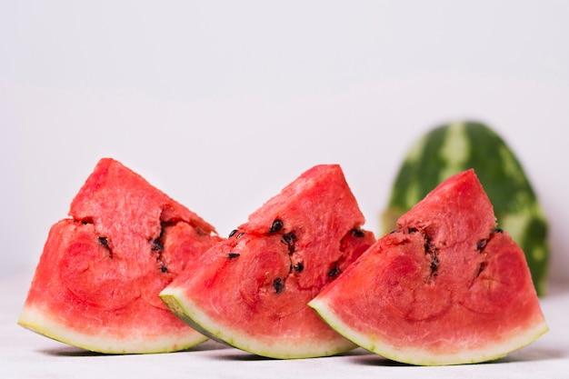 Fette fresche dell'anguria del primo piano sulla tavola