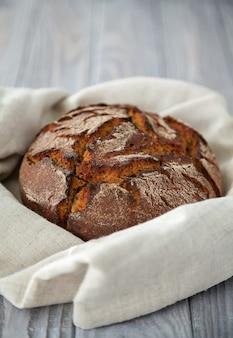 リネン布で焼きたてのライ麦パンのクローズアップ