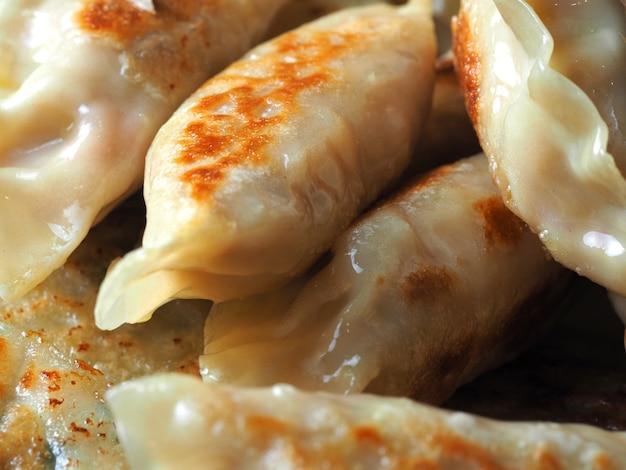 Крупный план жареные пельмени. азиатское блюдо. может использоваться как фон