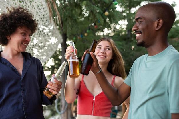 음료수를 부딪치는 친구를 닫습니다.