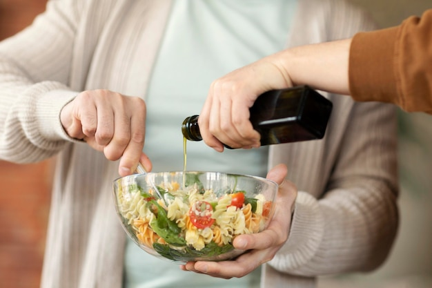 サラダを調理している友人をクローズアップ