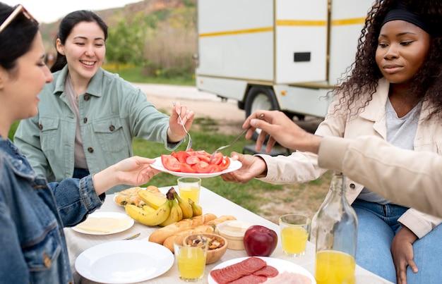 屋外で一緒に食事をしている友達をクローズアップ