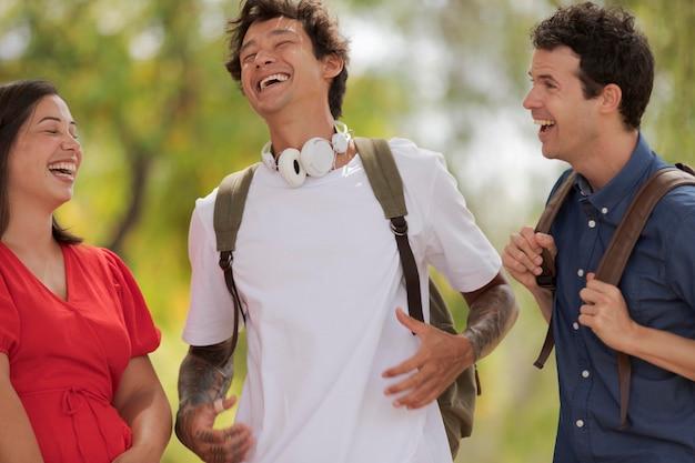 笑っている友人をクローズアップ 無料写真