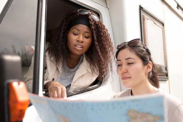 地図を見ている友人をクローズアップ