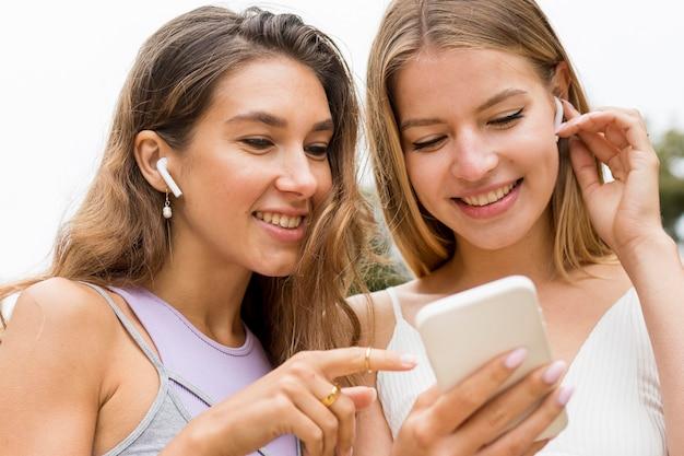Друзья крупным планом, глядя на мобильный телефон