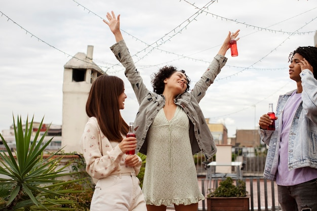 パーティーをしている友人をクローズアップ