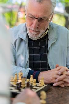 Amici ravvicinati che giocano a scacchi insieme