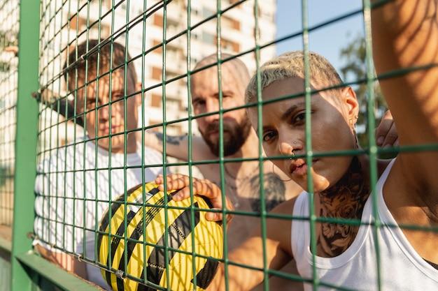 柵の後ろでポーズをとっている友達をクローズアップ