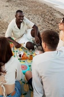 해변에 앉아 친구를 닫습니다