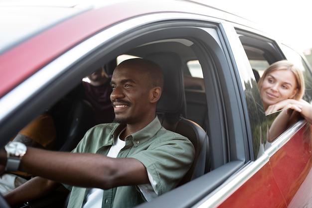 車で旅行している友人をクローズアップ