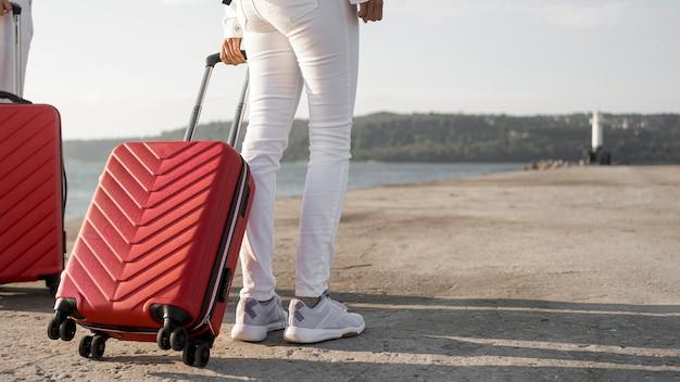 Amici del primo piano che viaggiano con i bagagli