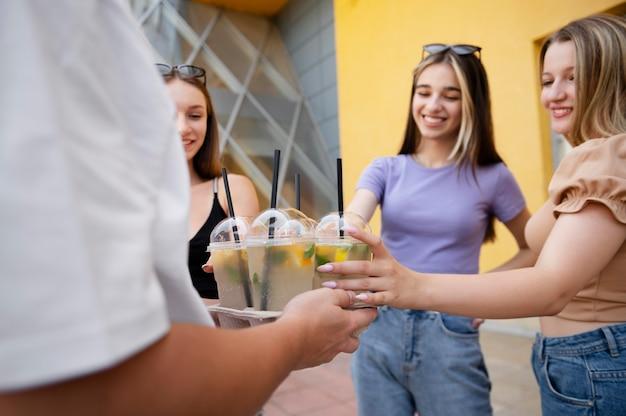 Chiudere gli amici con deliziosi drink