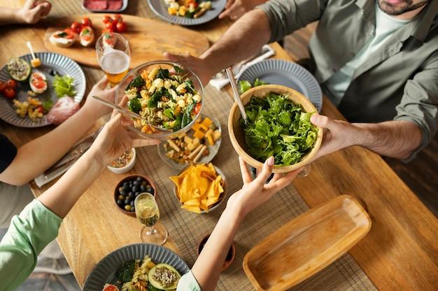 Chiudere gli amici con una deliziosa insalata