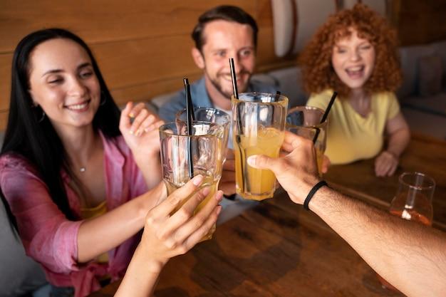 飲み物で友達をクローズアップ