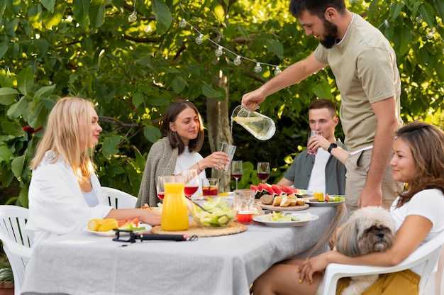 食べ物や飲み物で友達をクローズアップ