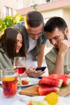 食べ物やスマートフォンで友達をクローズアップ