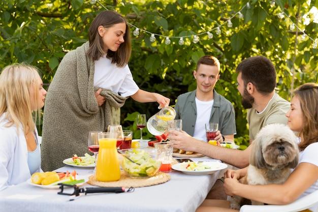 Chiudere gli amici con cibo e cane