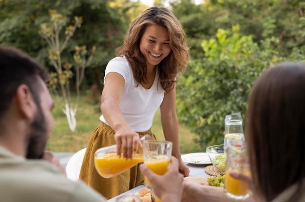 Закройте друзей с апельсиновым соком