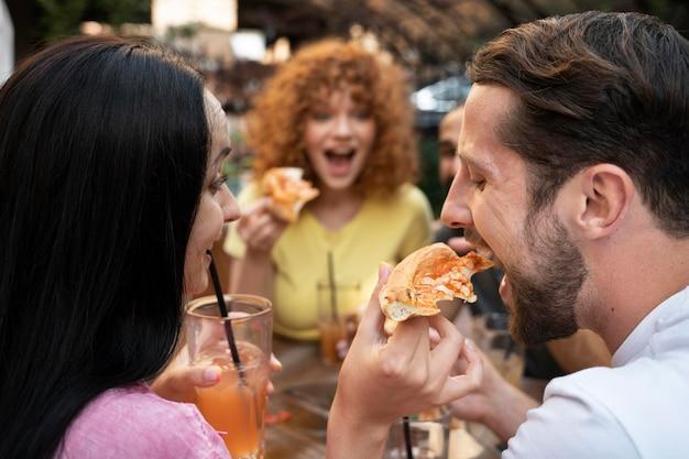 ピザで友達をクローズアップ