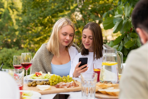 Закройте друзей со смартфоном