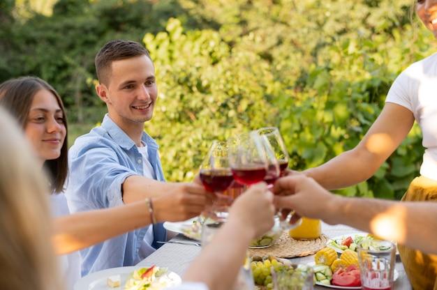 ワイングラスで友達をクローズアップ