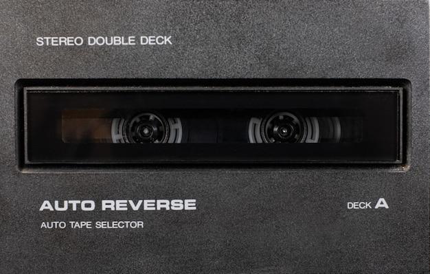 ヴィンテージステレオカセットテーププレーヤー、レトロテクノロジーのデッキレコーダーをクローズアップ