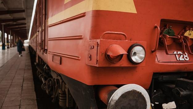 駅の電車の正面をクローズアップ