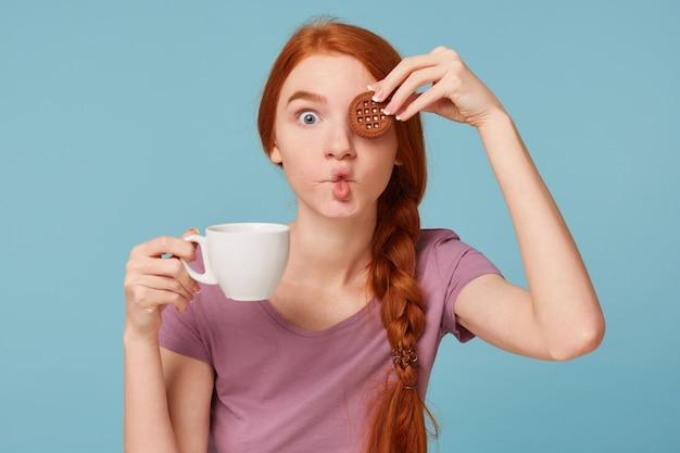 Primo piano di una bella ragazza dai capelli rossi divertente scherzosamente