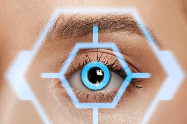 확대. 사이버 기술 눈 패널, 사이버 공간 인터페이스, 안과 개념을 가진 미래의 여성. 현대적인 식별을 가진 아름다운 여성의 눈, 초점을 위한 치료. 시각 효과.