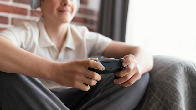 Крупным планом геймер играет с контроллером