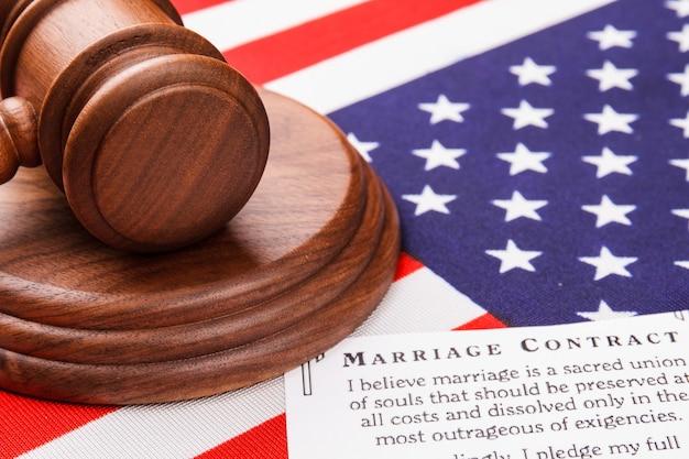 クローズアップのガベルとアメリカの国旗。結婚契約の概念。