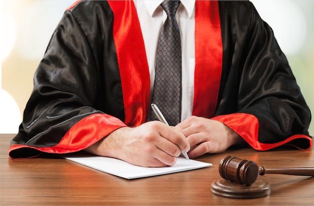 法廷で働く弁護士とのクローズアップガベル裁判官